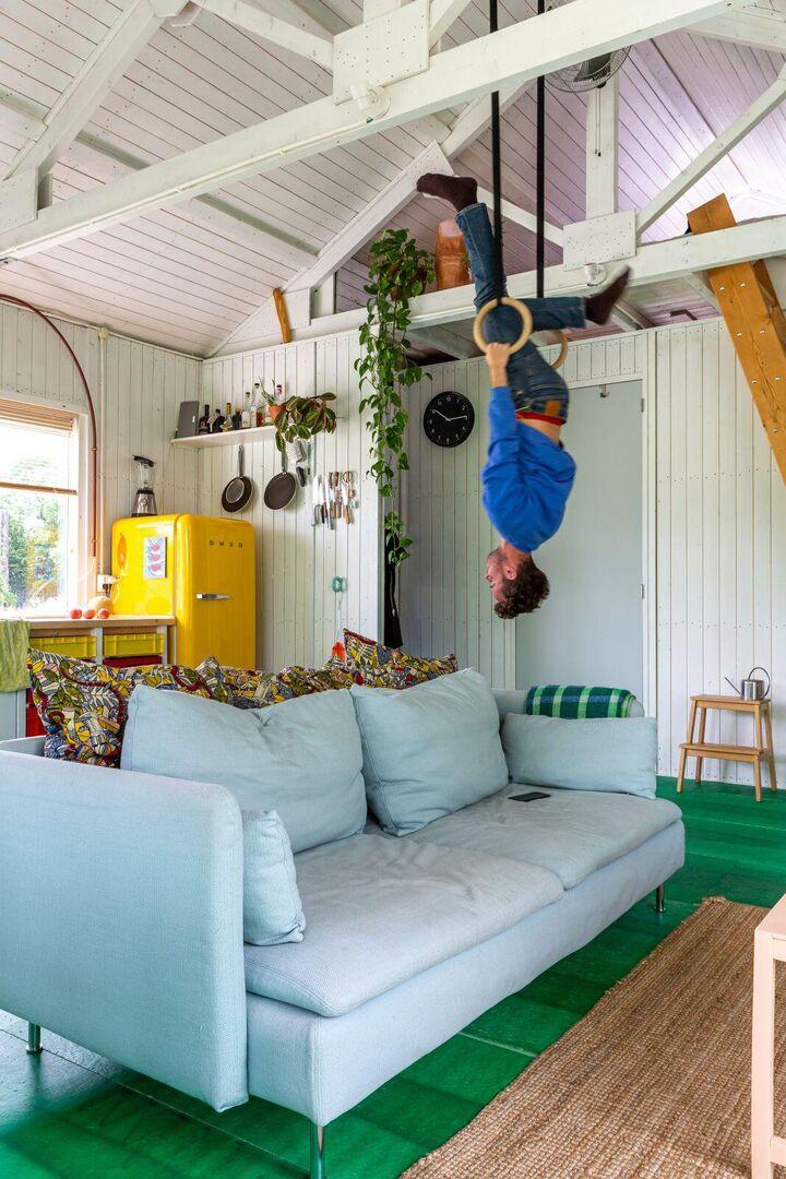 Ontwerper Thomas Trum in zijn woning op Minitopia Poeldonk, Henny van Belkom
